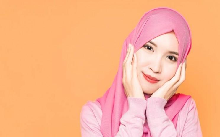 Perawatan kulit wajah perempuan berhijab