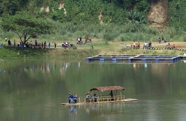 Foto-Foto Menikmati Akhir Pekan Dengan Bersepeda di Danau Cisawang