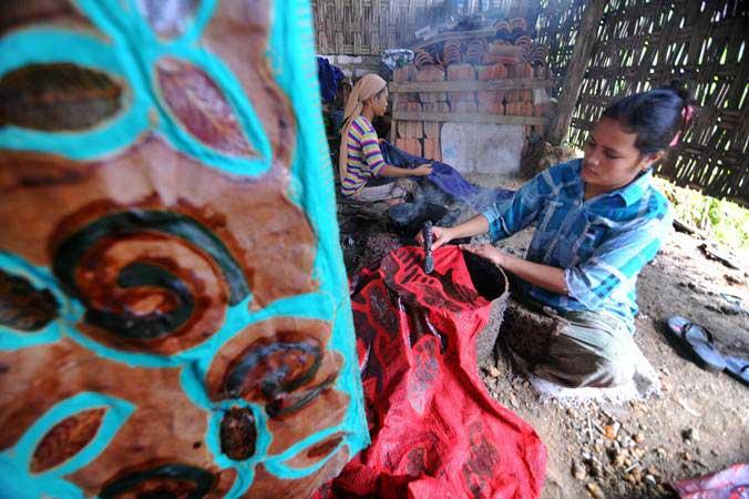 Perajin menyelesaikan pembuatan batik di Desa Klampar, Pamekasan, Madura, Jawa Timur, Rabu (27/3/2019). - ANTARA/Saiful Bahri
