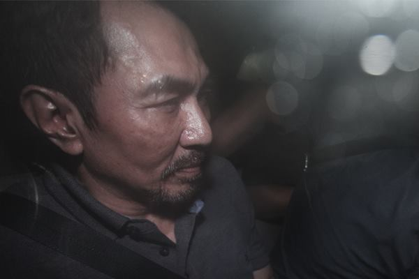 Ketua Umum Persatuan Artis Film Indonesia (PARFI) Gatot Brajamusti alias AA Gatot (kanan) berada di kendaraan usai mengikuti penggeledahan di rumahnya di kawasan Pondok Indah, Jakarta, Kamis (1/9).  - Antara