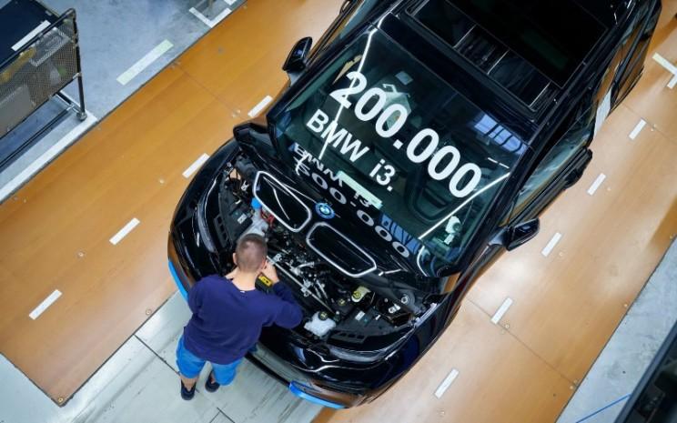 Mobil listik BMW i3 ke-200.000 unit menjalani pemeriksaan akhir di fasilitas perakitan BMW di Leipzig, Jerman. BMW juga memiliki fasilitas produksi mobil listrik dan baterai di Thailand.  - BMW Group.