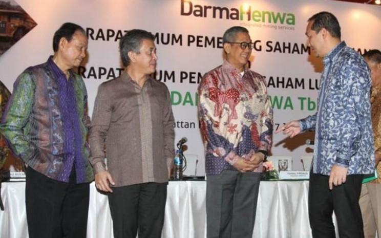Presiden Komisaris PT Darma Henwa Tbk  Muhammad Lutfi (dari kanan) berbincang dengan Presiden Direktur Saptari Hoedaja, Direktur Ivi Sumarna Suryana, dan Komisaris Kanaka Puradiredja, usai RUPS di Jakarta, Kamis (27/6/2019). - Bisnis/Endang Muchtar