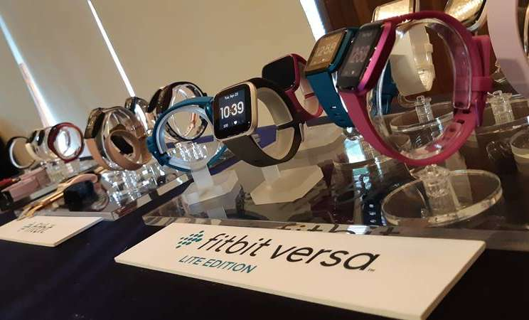 Beragam varian produk peranti sandang smartwatch fitbit yang dipasarkan di Indonesia - Bisnis/Rahmad Fauzan