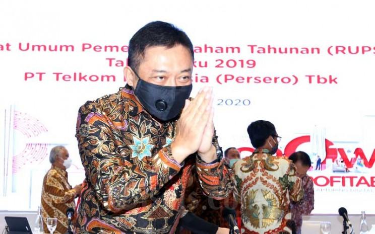Direktur Utama PT Telekomunikasi Indonesia (Persero) Tbk. Ririek Adriansyah menyapa wartawan seusai Rapat Umum Pemegang Saham Tahunan (RUPST) di Jakarta, Jumat (19/6/2020). Bisnis - Abdullah Azzam