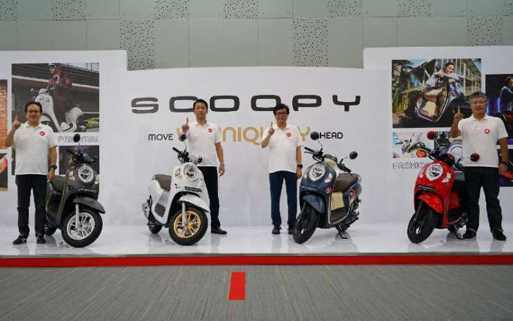 Direktur Marketing AHM Thomas Wijaya (kiri), President Director AHM Keiichi Yasuda, Executive Vice President Director AHM Johannes Loman, dan Marketing Director AHM- Mutsuo Usui memperkenalkan All New Honda Scoopy melalui virtual launching yang dilakukan secara langsung di AHM-Safety Riding & Training Center, Deltamas, Cikarang (10/11/2020).  - AHM