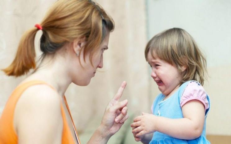 Orangtua sedang memarahi anak. Selama pandemi virus corona, tingkat stres dan kemarahan orang dewasa meningkat dan ini berdampak buruk bagi anak-anak. - ilustrasi