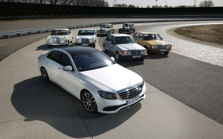 Mercedes-Benz E-Class. Di depan, sedan dari model series 213. Di belakang, dari kiri ke kanan: Tail Fin Saloon (W 110), Stroke / 8 Saloon (W 114 / W 115), Ponton Saloon (W 120 / W 121), 124 model series Saloon, model 170 DS (W 191), 123 model series Saloon. Foto dari Mercedes-Benz Classic Insight 'History of the E-Class', 19-22 April 2016.  - DAIMLER\\r\\n
