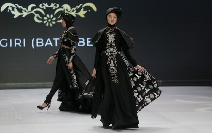 Model mengenakan busana rancangan Dwi Lestari dalam pergelaran Indonesia Fashion Week 2019 di Jakarta Convention Center (JCC), Jakarta, Kamis (28/3/2019). - Bisnis/Felix Jody Kinarwan