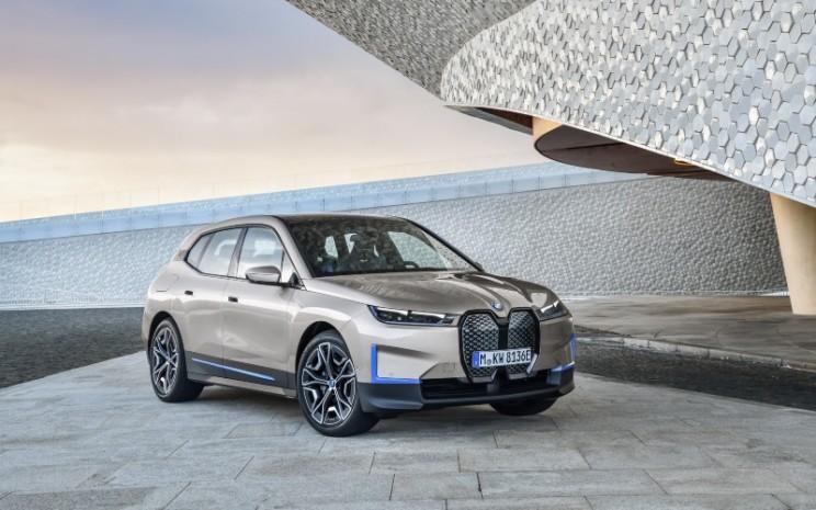 BMW iX. Teknologi pengisian daya BMW iX memungkinkan pengisian cepat DC hingga 200 kW. Dengan cara ini, baterai dapat diisi dari 10-80 persen dari kapasitas penuhnya dalam waktu kurang dari 40 menit. Selain itu, dalam sepuluh menit energi yang cukup dapat dimasukkan ke dalam baterai untuk meningkatkan jarak tempuh mobil lebih dari 120 kilometer (75 mil).   - BMW
