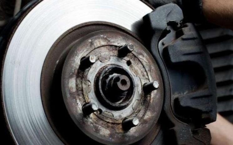 Rem Cakram. Kondisi rem yang mengunci akan membuat konsumsi bahan bakar menjadi boros.  - Auto2000