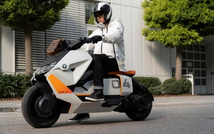 BMW Motorrad BMW Definition CE 04 bertenaga listrik telah dikembangkan dan diadaptasi secara konsisten untuk memenuhi kebutuhan sehari-hari dan persyaratan pelanggan. (11/2020)  - BMW