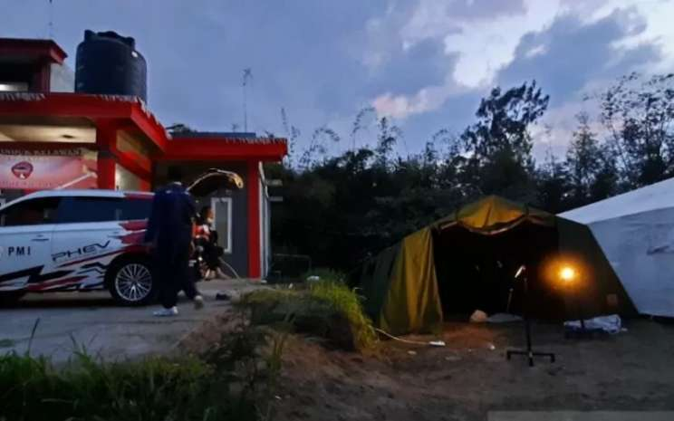Mobil elektrik milik PMI saat dioperasionalkan di lokasi bencana erupsi Gunung Merapi untuk memasok listrik di Posko Desa Lencoh, Kabupaten Boyolali, Jateng pada Sabtu, (14/11 - 2020). ANTARA