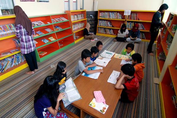 Beberapa anak membaca buku di Perpustakaan Umum Daerah (Perpusda) Kabupaten Semarang, Jateng - Antara
