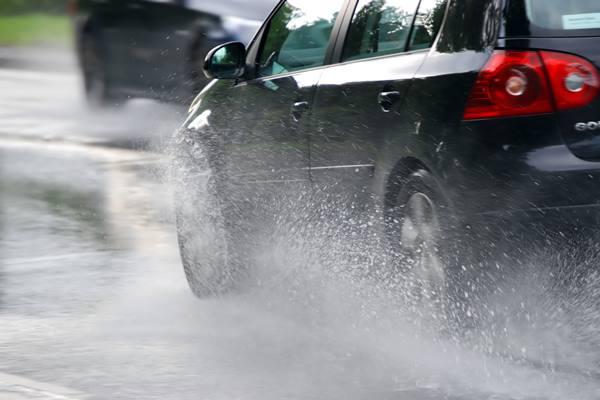 Mengemudi di musim hujan. Beraktifitas dalam kondisi musim hujan tentu akan memengaruhi kondisi mobil. Tidak hanya eksterior yang jadi mudah terlihat kotor, tetapi juga interior, terutama bagian lantai kabin.  - lb/law.com