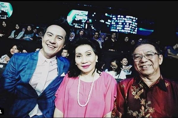 Daniel Mananta dan kedua orangtuanya di acara 'Indonesian Idol'. - Instagram @vjdaniel