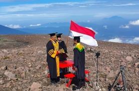 Cetak Rekor Muri, Ketua Stikba Jambi Wisuda di Gunung…