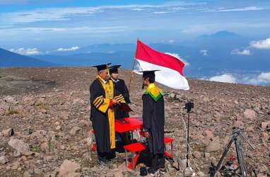 Cetak Rekor Muri, Ketua Stikba Jambi Wisuda di Gunung Merapi