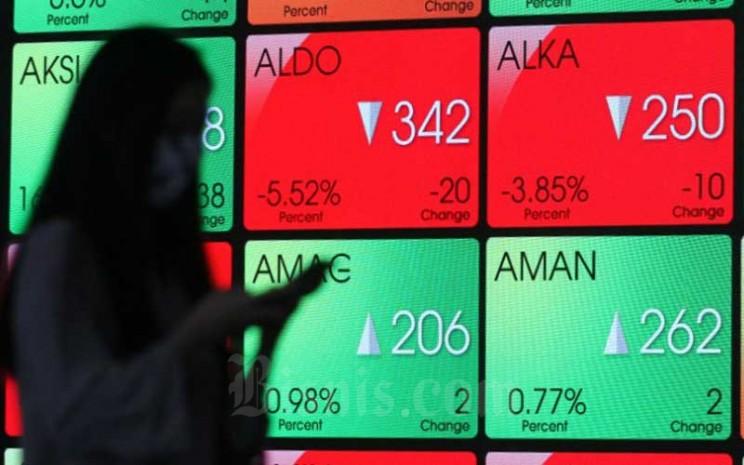 Karyawan berada di dekat layar pergerakan Indeks Harga Saham Gabungan (IHSG) di Bursa Efek Indonesia, Jakarta, Senin (7/9/3030). Bisnis - Dedi Gunawan