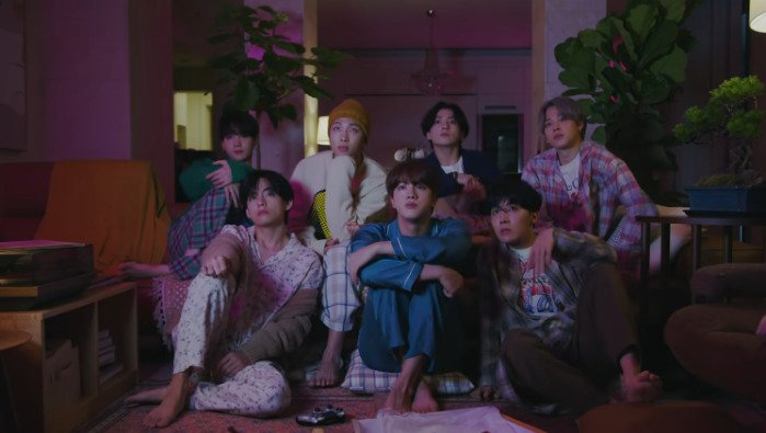 BTS meluncurkan video 'Life Goes On' di Youtube. - tangkapan  layar