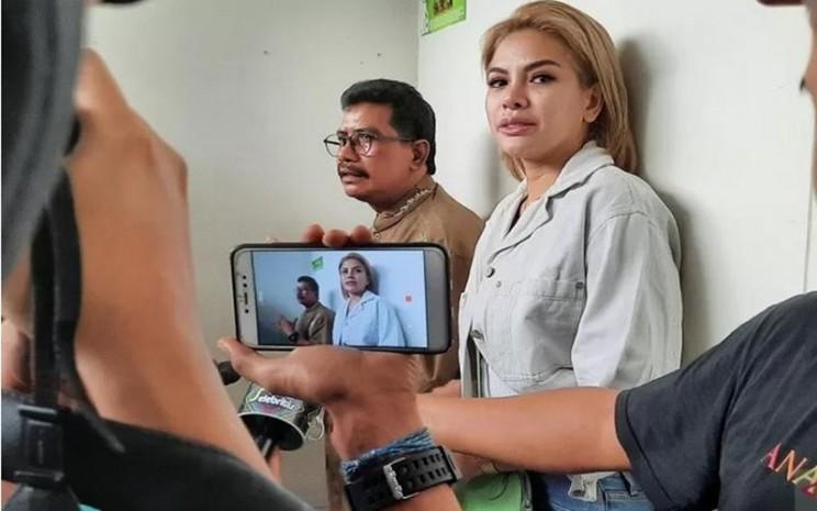 Nikita Mirzani berikan keterangan pers usai sidang di Pengadilan Negeri Jakarta Selatan, Senin (8/6/2020). - Antara