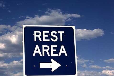 Papan petunjuk rest area di jalan tol -  Bisnis.com