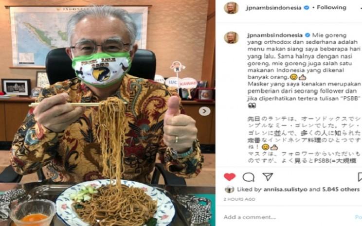 """Duta Besar Jepang untuk Indonesia Ishii Masafumi mengunggah fotonya di media sosial memakai masker bertuliskan """"Pecel Lele PSBB""""  -  Instagram @jpnambsindonesia"""