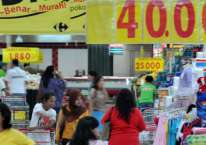 Pelanggan di salah satu gerai Carrefour pada 2010./Antara - Rosa Panggabean