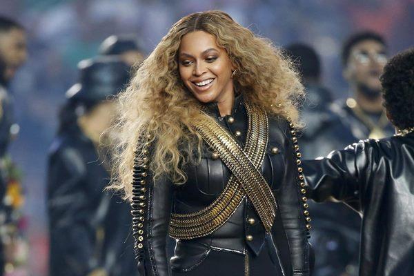 Beyonce saat tampil di Super Bowl 50, Minggu (7/2/2016) - Reuters/Lucy Nicholson