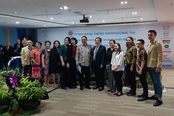 Direktur Utama Indomobil Sukses Internasional Jusak Kertowidjojo (tengah) bersama dengan manajemen perseroan dalam rapat umum pemegang saham tahunan (Kamis, 20/6/2019). - Bisnis/Muhammad Ridwan