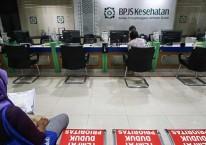 Peserta BPJS antre di Kantor BPJS Kesehatan, Proklamasi, Jakarta, Selasa (8/9/2020). Sebanyak lebih dari 40 ribu orang telah memanfaatkan fasilitas kelonggaran tunggakan iuran kepesertaan dan hanya diwajibkan membayar 6 bulan iuran untuk kembali mengaktifkan kepesertaan dari yang sebelumnya diwajibkan membayarkan 24 bulan./ANTARA FOTO-Rivan Awal Lingga