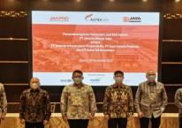 Manajemen Astra Infra dan jajaran dan jajaran PT Jakarta Infrastruktur Propertindo (JIP) serta PT Jaya Sarana Pratama (JSP) setelah penandatanganan jual beli saham pada konsesi Kebun Jeruk - Ulujami./Dok. Astra Infra