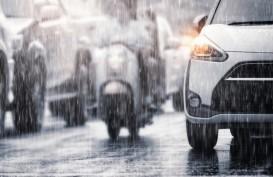 Perlukah Mengurangi Tekanan Ban Mobil Saat Musim Hujan?