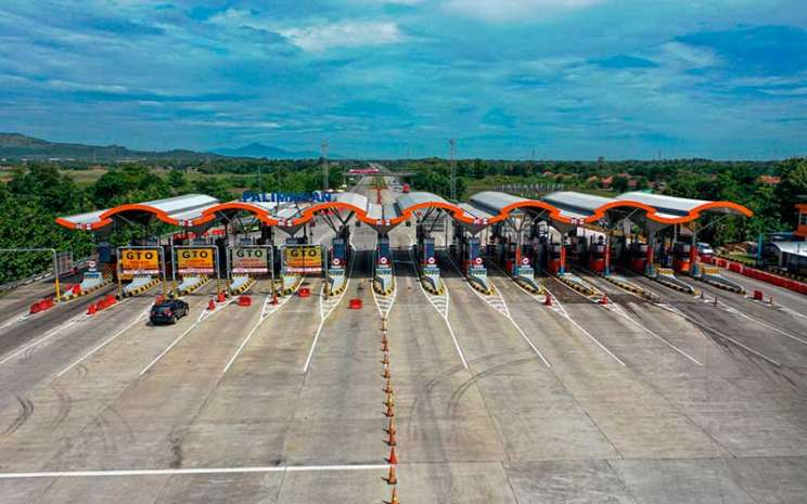 Kendaraan melintas di pintu Tol Cipali Palimanan, Cirebon, Jawa Barat, Kamis (21/5/2020).Jalan tol Cipali dikelola oleh PT Lintas Marga Sedaya, badan usaha jalan tol yang 55 persen sahamnya dimiliki Astra Infra. ANTARA FOTO - Nova Wahyudi
