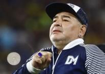 Diego Armando Maradona menyapa penggemar sebelum pertandingan di Buenos Aires pada 7 Maret 2010. /Bloomberg