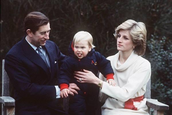 Pangeran William (tengah) saat masih anak-anak - dailymail