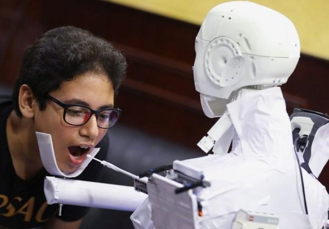 Robot dari Mesir yang dirancang untuk meminimalir paparan virus corona (Covid/19).