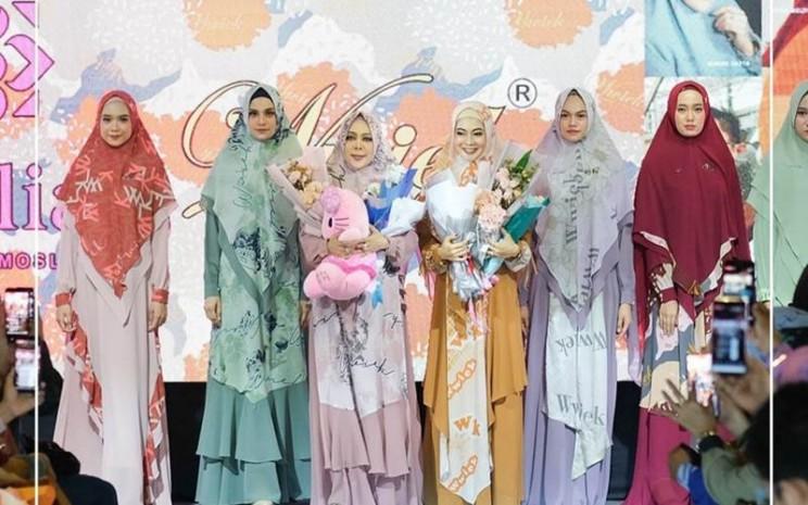 Koleksi busana muslim Desainer Kursien Karzai dan Wiwik Hatta