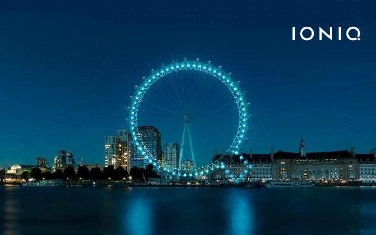 "Hyundai merayakan peluncuran Ioniq dengan mengubah London Eye menjadi huruf raksasa ""Q"" menggunakan lampu listrik sebelum atraksi terkenal tersebut resmi dibuka kembali.  - Hyundai"
