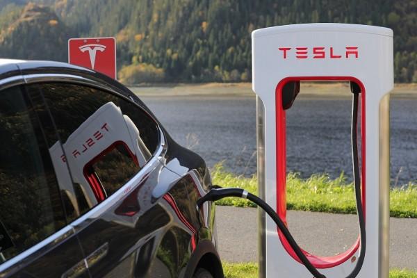 Mobil listrik Tesla melakukan pengiasian daya. Charger Tesla akan diproduksi di pabrik China.  - pixabay