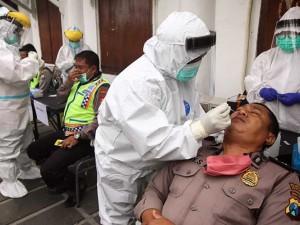 1.131 Anggota Polisi Ikuti Swab Test Covid-19 Jelang Pilkada Serentak di Surabaya