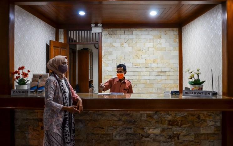 Pekerja melayani tamu di sebuah hotel di Kabupaten Ciamis, Jawa Barat, Jumat (2/10/2020). - ANTARA FOTO/Adeng Bustomi