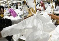 Pekerja perempuan memproduksi alat pelindung diri sebuah perusahaan garmen, Rabu (1/7/2020). Utilitas pabrik terus menunjukkan peningkatan. ANTARA FOTO/M Risyal Hidayat