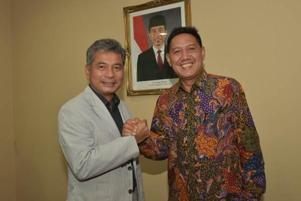 Sunarso (kiri) serahkan jabatan Dirut Pegadaian kepada Kuswiyoto