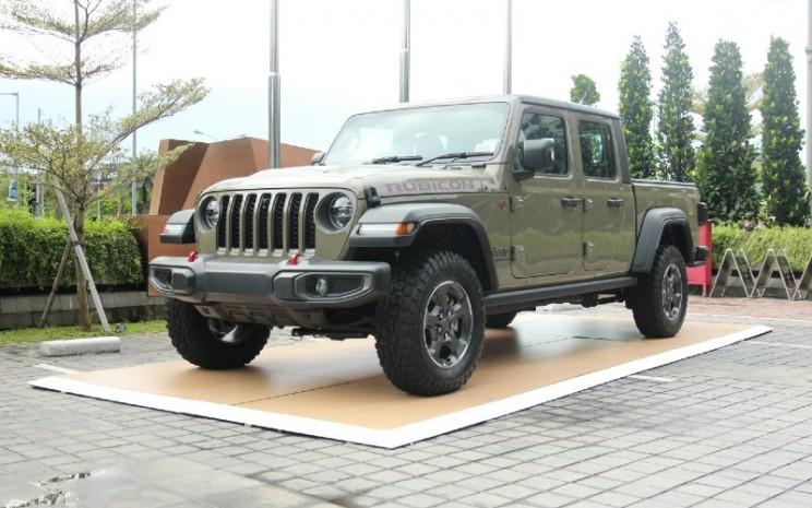Jeep Wrangler Rubicon 2D. Saat ini, produk lineup Jeep di Indonesia terdiri atas Wrangler Sport 2D, Wrangler Sport 4D, Wrangler Sahara 4D, Wrangler Rubicon 2D dan 4D, serta tipe Gladiator.  - Jeep