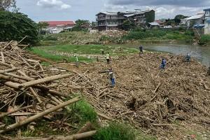 Antisipasi Banjir, Petugas Sumber Daya Air Bersihkan Kali Bekasi
