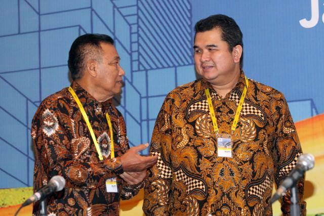 Direktur Utama PT Semen Indonesia Tbk Hendi Prio Santoso (kanan) berbincang dengan mantan Komisaris Wahyu Hidayat seusai RUPST di Jakarta, Rabu (22/5/2019). - Bisnis/Dedi Gunawan