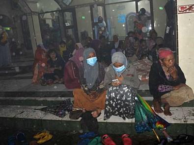 Gunung Semeru Meletus, Warga Mengungsi Di Tempat Seadanya Karena Belum Ada Posko Pengungsian
