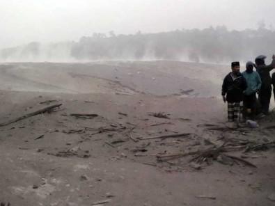 Jalan Antar Kecamatan Lumajang Terputus Banjir Lahar Dingin Akibat Meletusnya Gunung Semeru