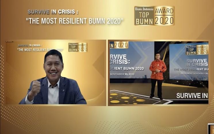 Dirut Pegadaian Kuswiyoto tersenyum sumringah saat menerima penghargaan BUMN Award 2020