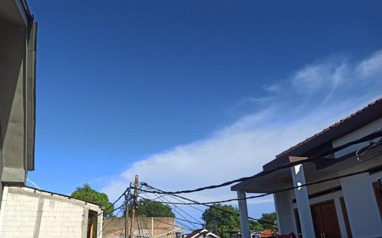 Langit Jakarta cerah berwarna biru  -  Bisnis / Feni Freycinetia